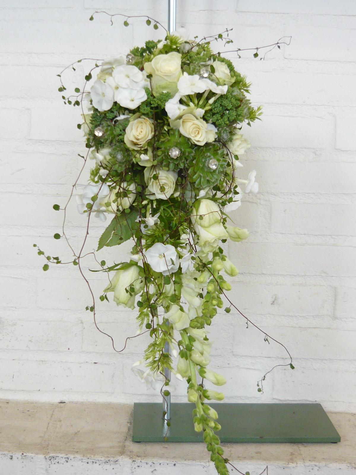 12. Brudebuket med dråber af hvide blomster, husløg og pletter i luften.