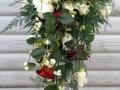 7. Brudebuket hængende, af røde og cremfarvede roser, gerbera og snebær.