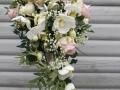 8. Brudebuket med dråbe af lyserøde og cremefarvede roser, hvide 0rkidèr, gerbera, brudeslør og snebær.